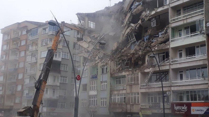 'Hasarlı binalar yıkıldı, deprem delilleri yok edildi'
