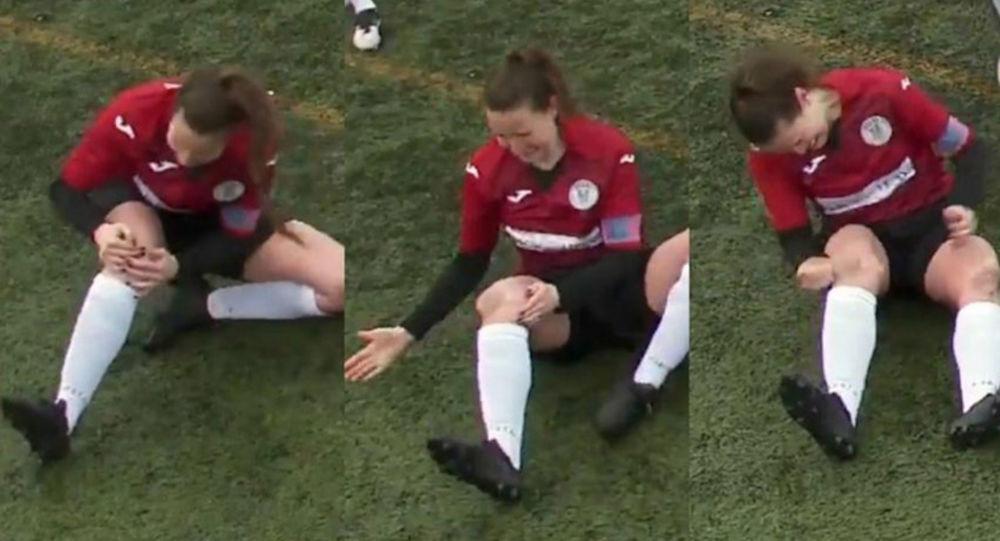 Kadın futbolcu, sahada yerinden çıkan diz kapağını böyle yerine taktı