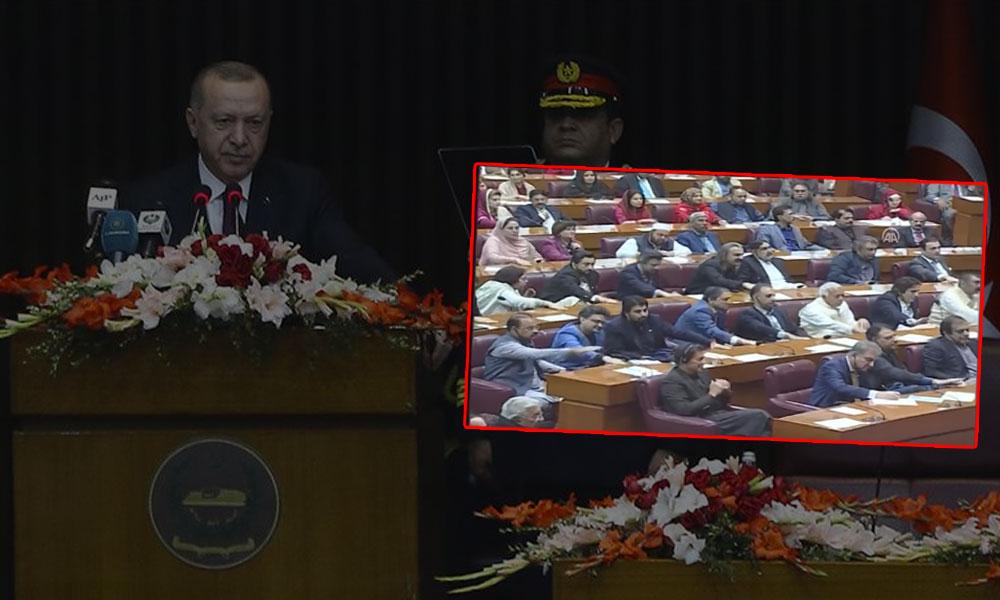 Erdoğan'ın Pakistan Parlamentosu'nda yaptığı konuşması sırasında masaya vurdular