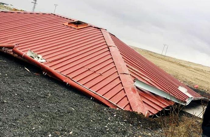 Niğde'de fırtına evlerin çatılarını uçurdu