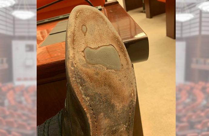 Mecliste sıra dışı hareket! Ayakkabısını gösterdi