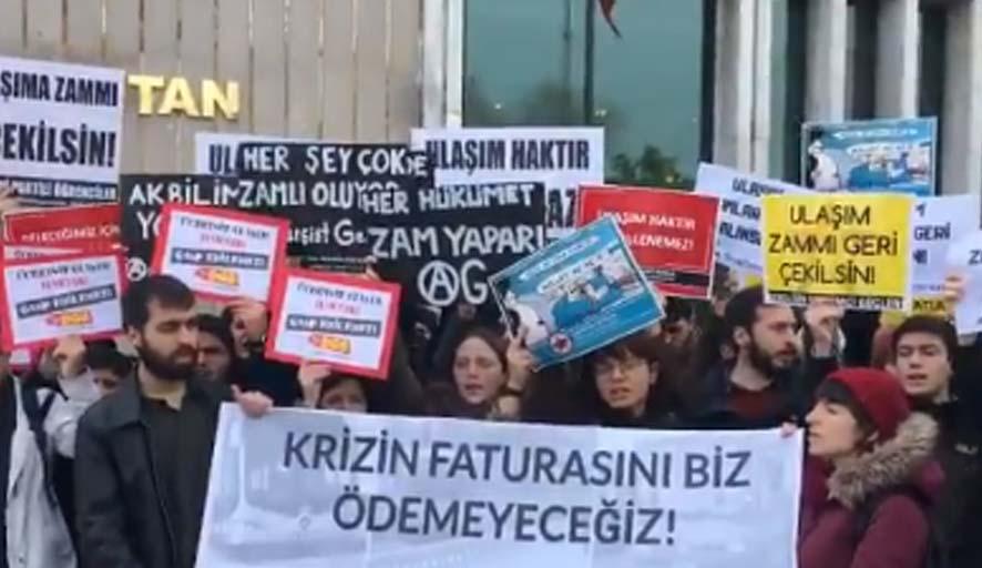 Gençlik örgütlerinden ulaşım zamlarını protesto etti, akbil basmadan turnikelerden atladı