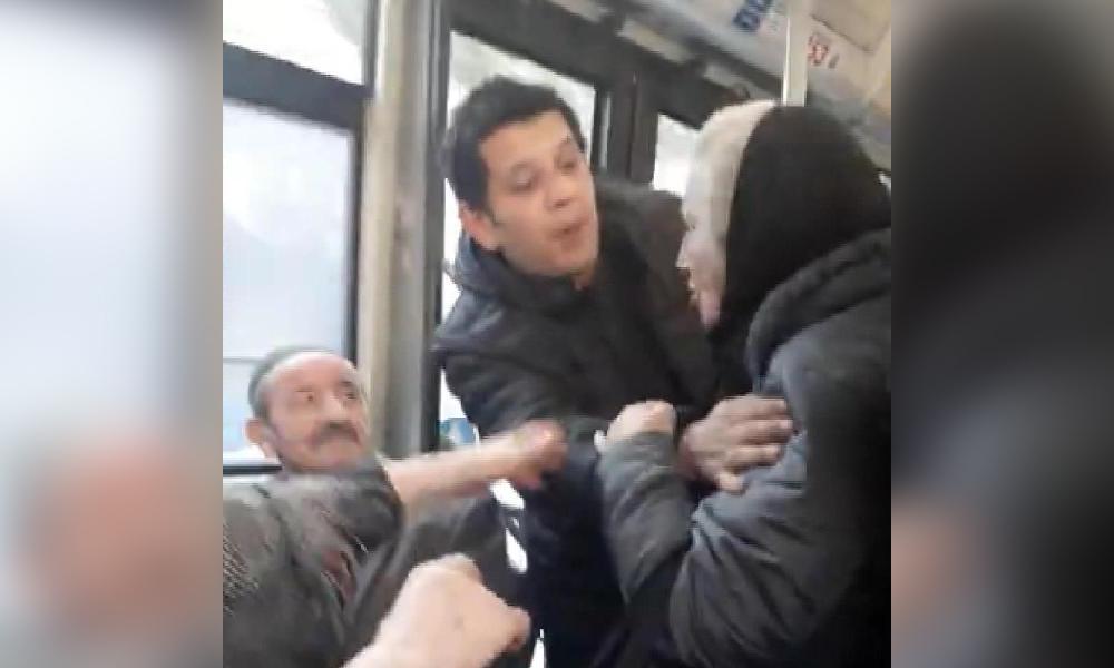 Ataşehir'de halk otobüsü karıştı… İki yaşlı yolcunun kavga anları kamerada