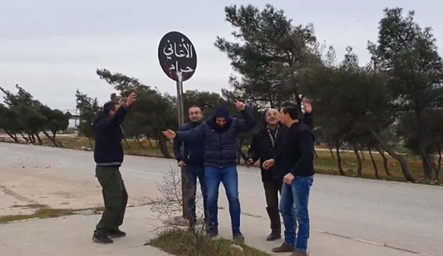 Ordu geri aldı, Suriyeliler cihatçıların 'Şarkılar haramdır' tabelası altında şarkı söyleyip oynadı
