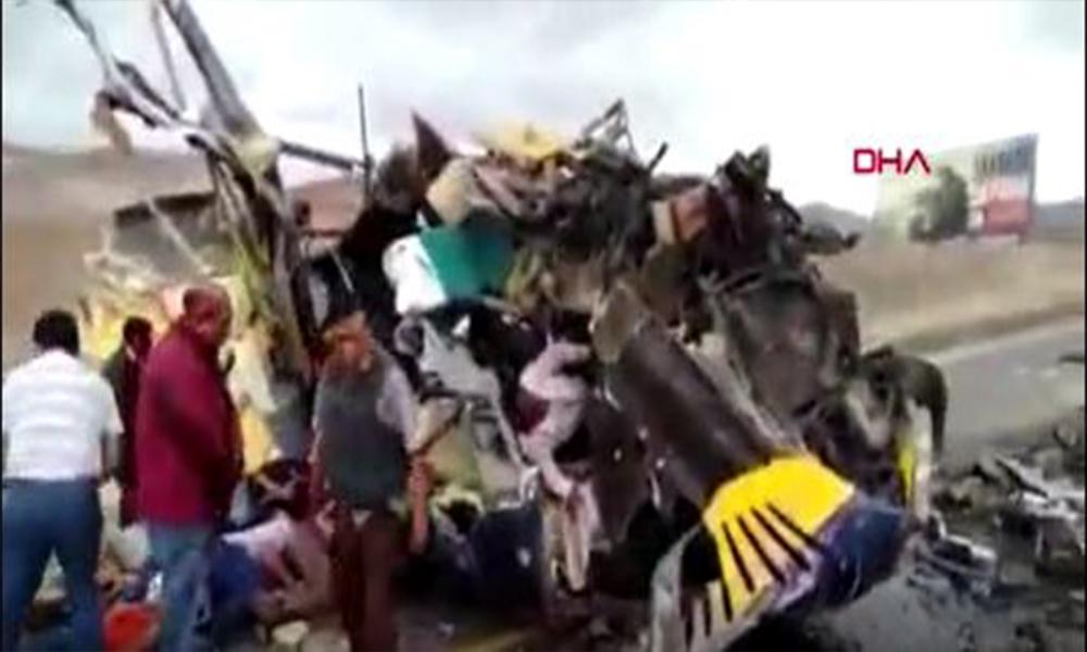Korkunç kaza! İki otobüs çarpıştı: 10 ölü 40 yaralı