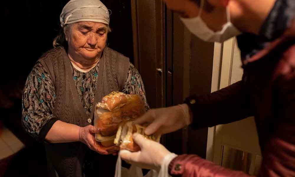 'Komşuluk Gibisi Yok' dedirten görüntüler! Kapı kapı dolaşıp yaşlılara sıcak yemek dağıttılar