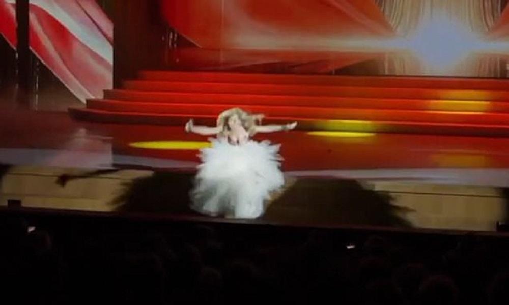 Şarkı söylerken sahne çukuruna düştü