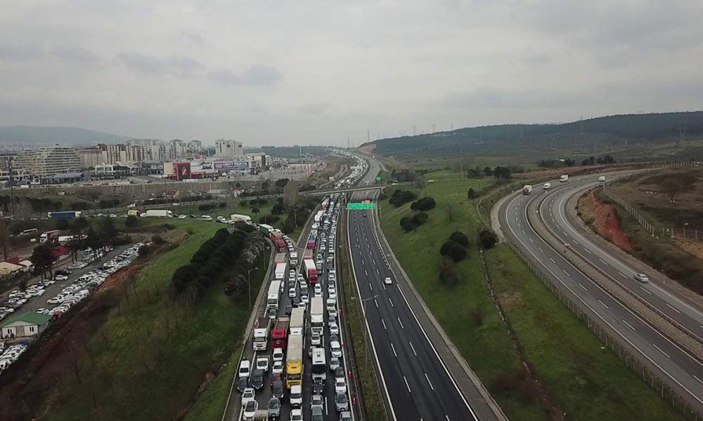 İstanbul'da kilometrelerce kuyruk oluştu! İşte o görüntüler…