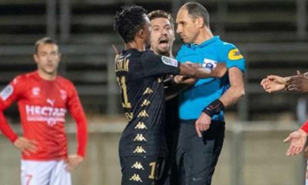 Yıldız futbolcu hakemi itmişti! Altı ay men cezası…