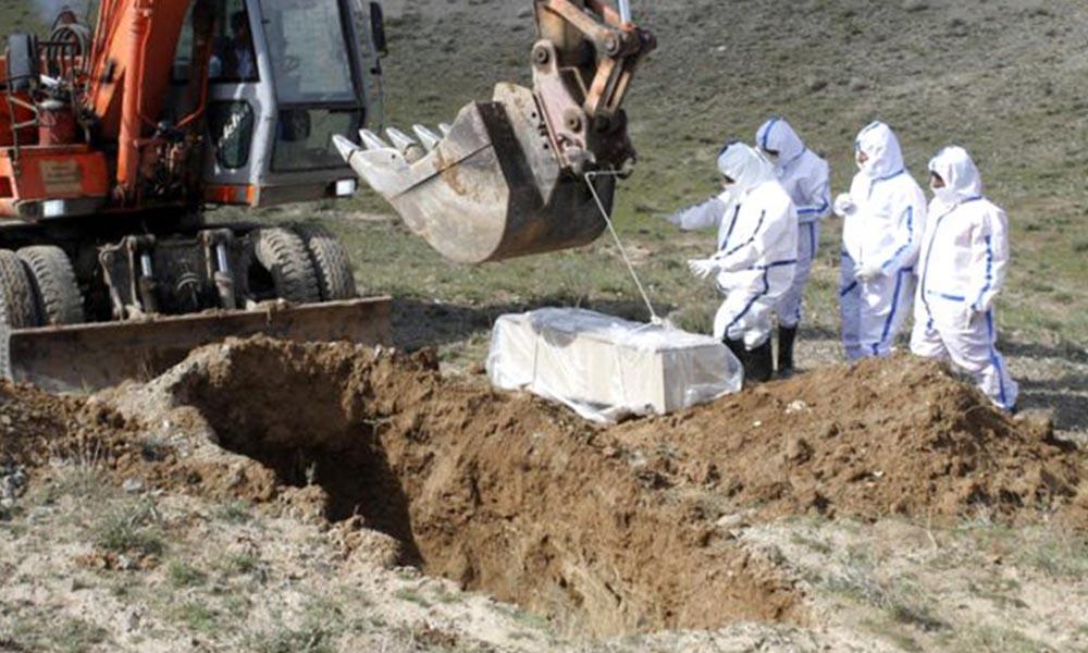 Dikkat çeken görüntüler! Koronavirüs hastasını dağ başına gömdüler…