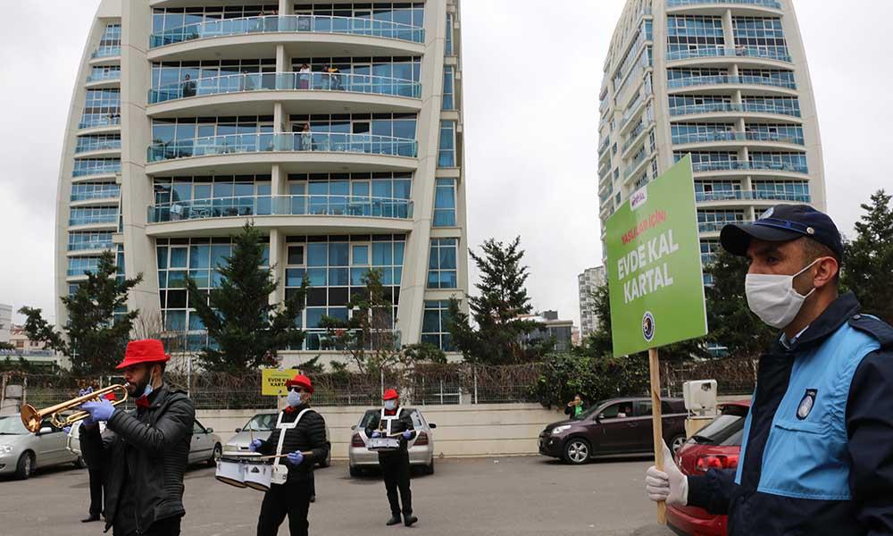Evlerinden çıkmayan vatandaşlara Kartal Belediyesi'nden bandolu konser