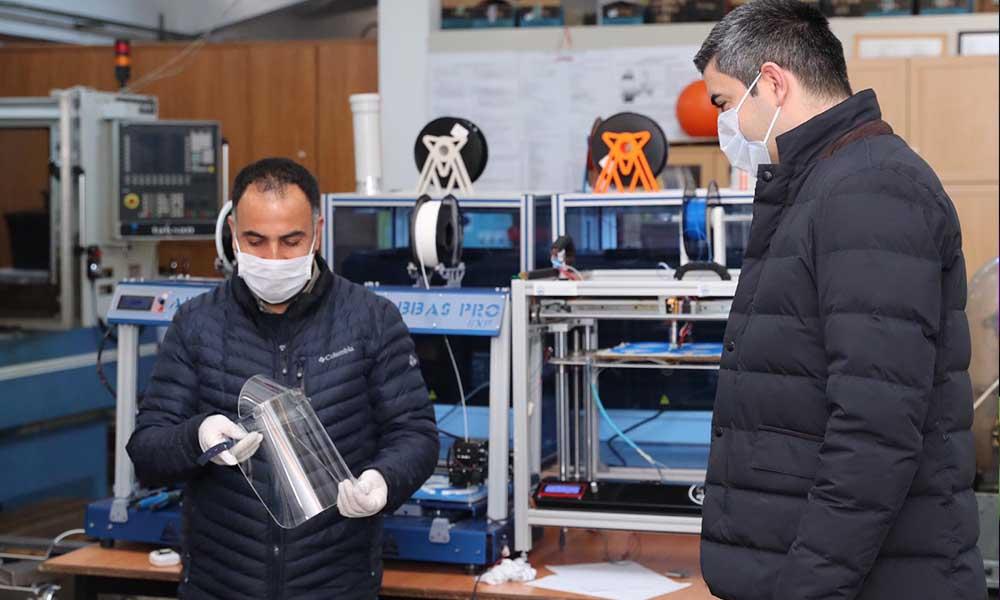 Kartallı öğretmen ve öğrencilerden 3D yazıcı, lazer tezgâh ve tıbbi yüz maskesi