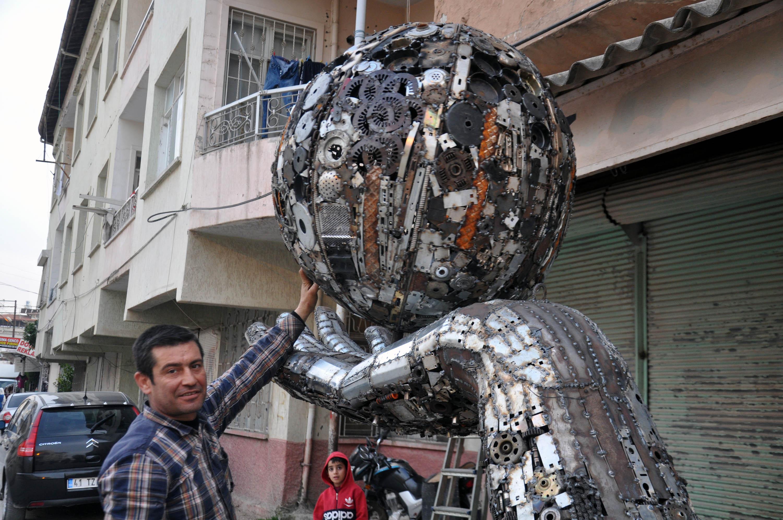 Hurda parçalarından 'barış' için dünya heykeli yaptı