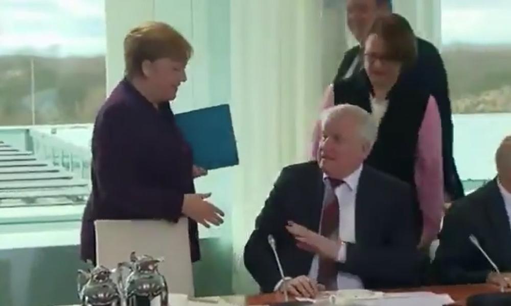 Bakandan Koronavirüs tedbiri… Merkel'in elini havada bıraktı