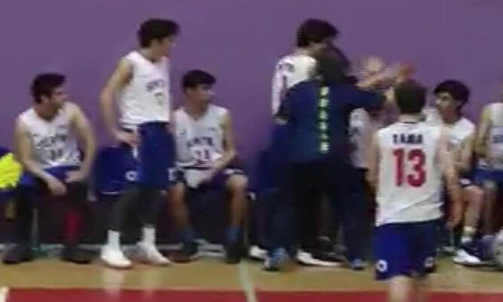 Basketbol turnuvasında antrenör dehşeti! Önce sporucuya saldırdı sonra hakeme!