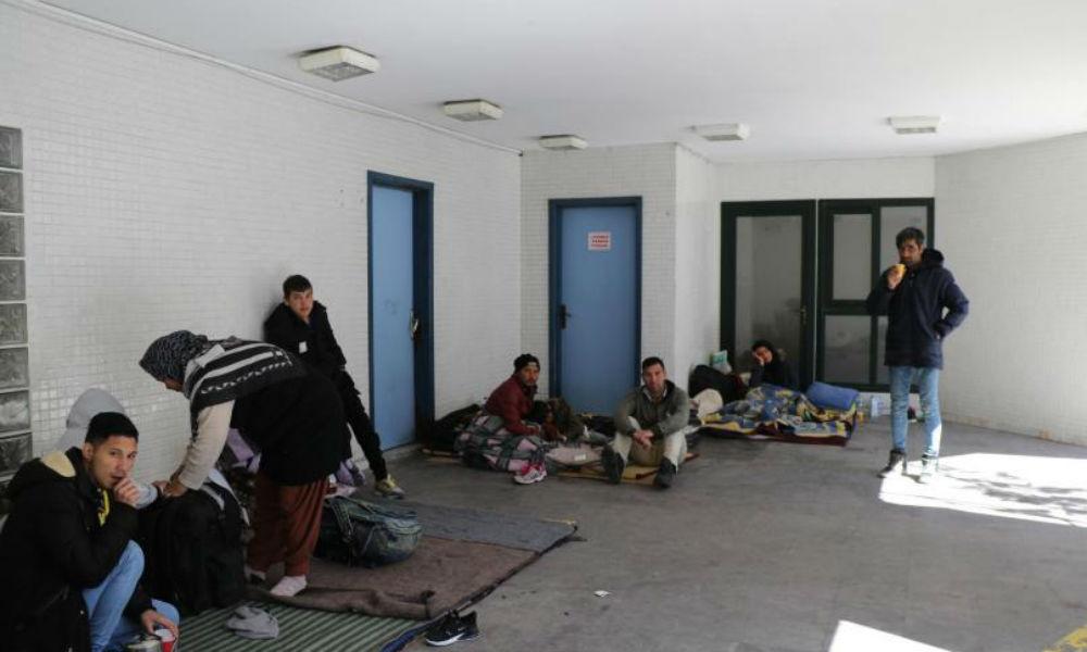 Edirne'den dönen göçmenler ibadete kapatılan camilerde yaşamak zorunda kaldı