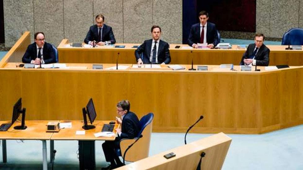 Hollanda Sağlık Bakanı Meclis'teki koronavirüs toplantısında bayıldı
