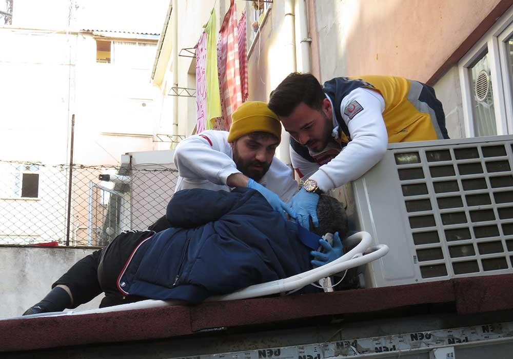 'Sesi duyduk çok korktuk': Pencereden düşen adamı kurtarmak için seferber oldular