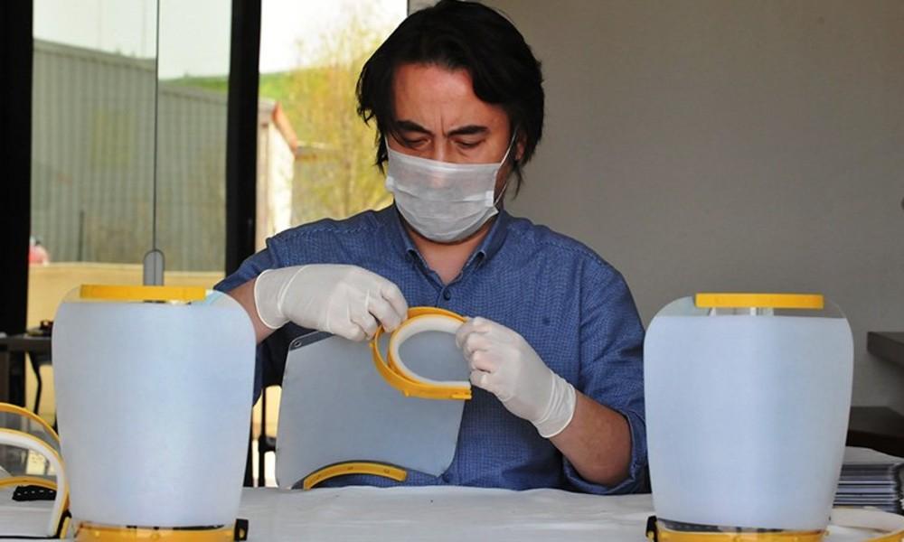 3 boyutlu yazıcılarla sağlık çalışanlarına 'kalkanlı yüz maskesi' üretiyorlar