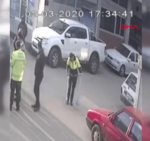 Kazaya giden polis sosyal medyayı salladı! Önce tutanak tuttu sonra…