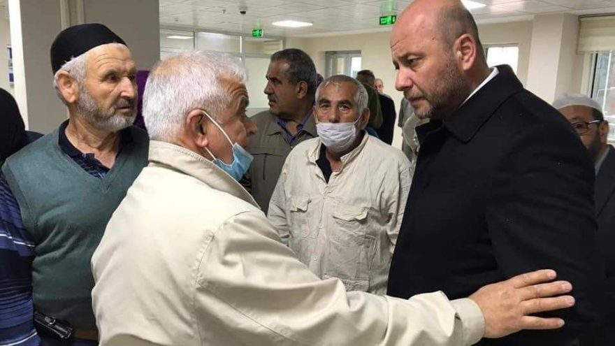 AKP'li başkan yardımcısı yasak tanımıyor! Karantinadaki hacıları hiçbir önlem almadan ziyaret etti