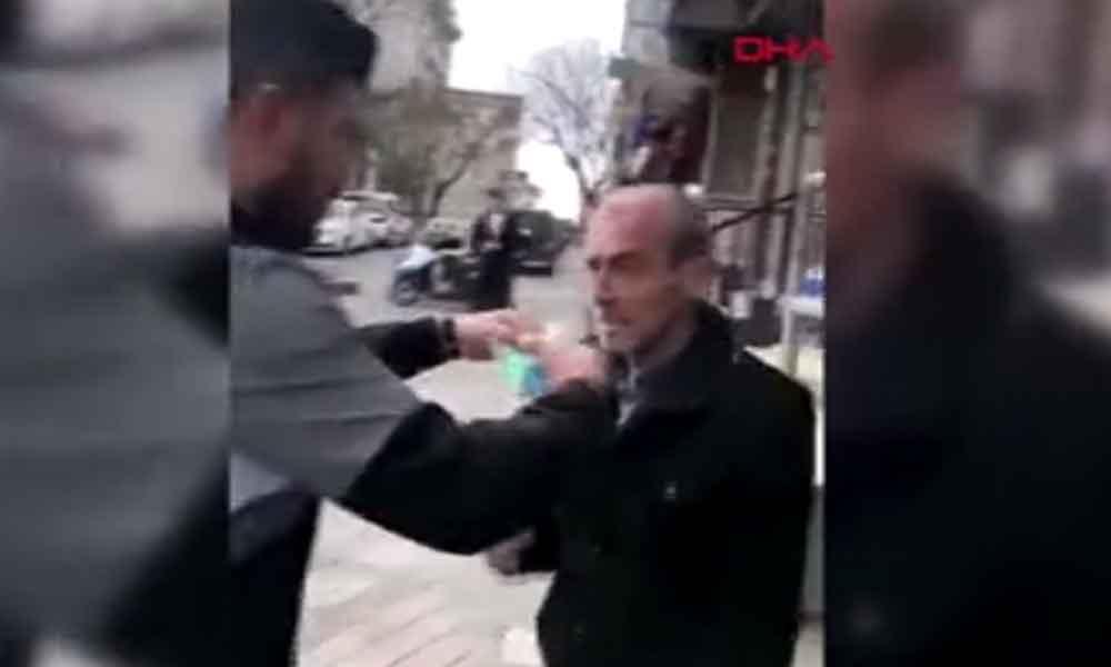 İstanbul'da utandıran görüntü… Maske takıp zorla kolonya döktüler