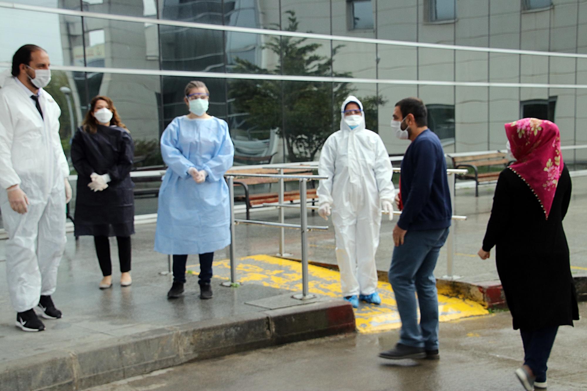 Koronavirüsü yenen çift, alkışlarla taburcu edildi