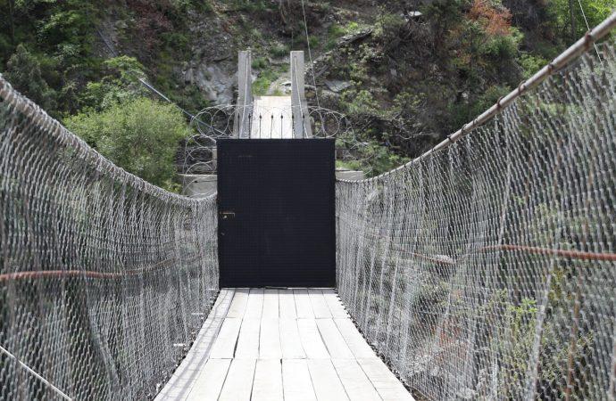 Mahalleye giden köprüye kapı yapıp kilitlediler