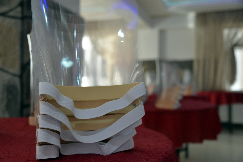 Koronavirüs nedeniyle kapattığı düğün salonunda maske ve siperlik üretiyor