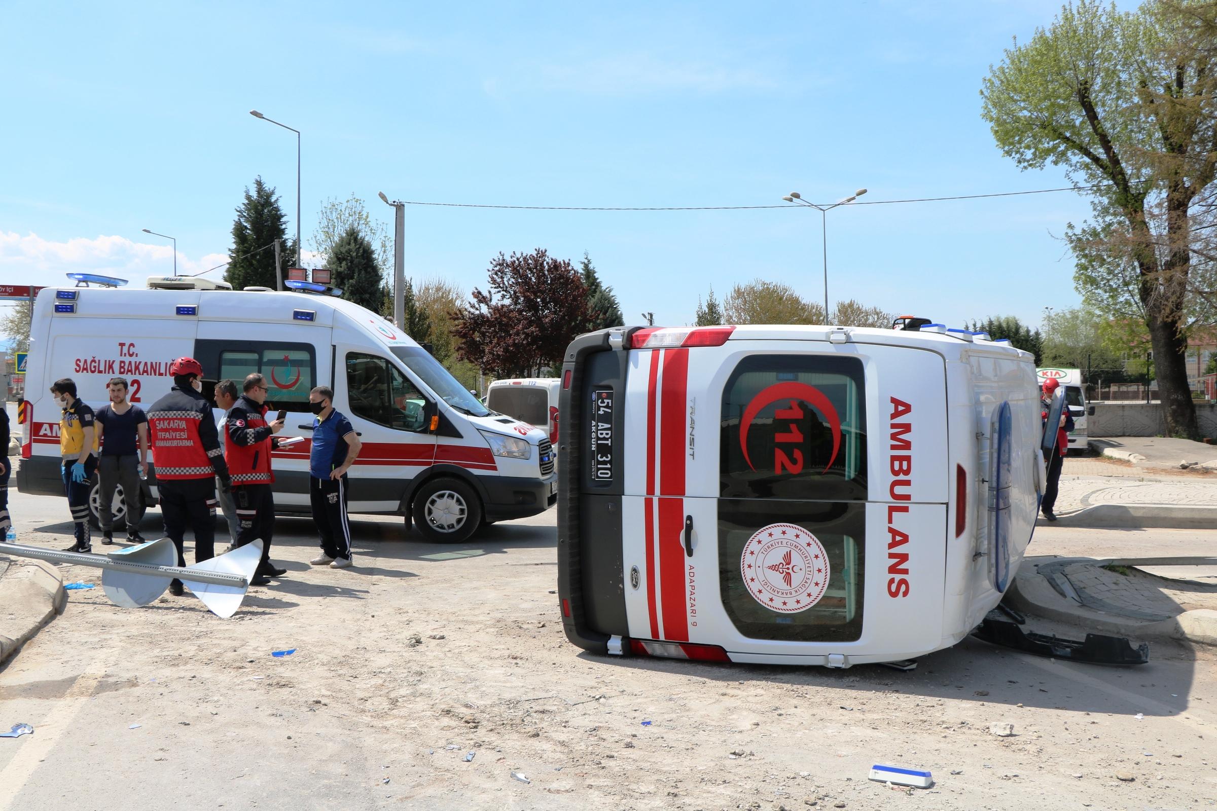 Kamyonetin çarptığı ambulans devrildi: 3 yaralı