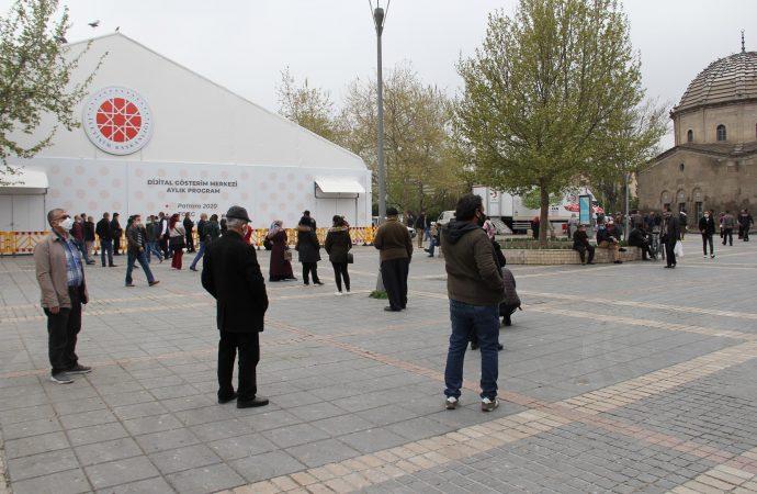 Kayseri'de PTT önünde uzun kuyruk