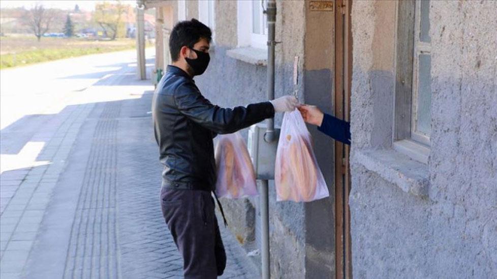 Adana Büyükşehir Belediyesi'nin ekmeklerini dağıtan 3 kişi gözaltına alındı
