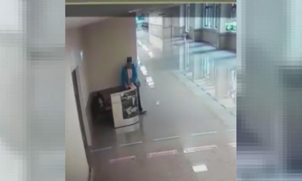Hastanede doktor ve hemşirenin çantalarını çalan hırsız kamerada!