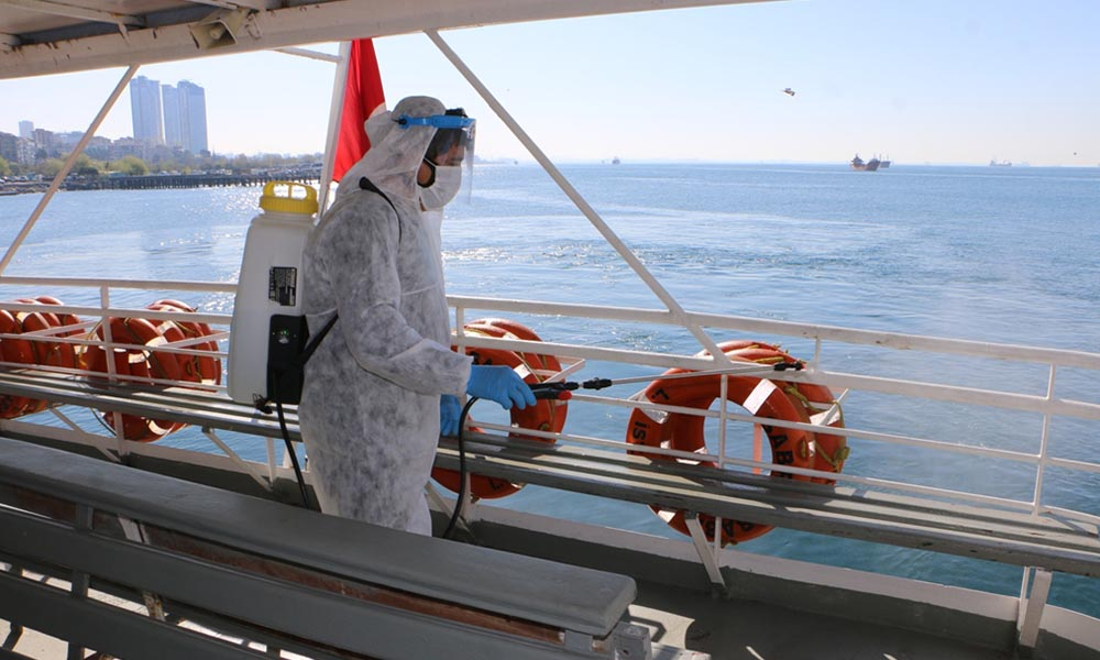 İskele ve deniz ulaşım araçları, Kartal Belediyesi ekiplerince dezenfekte edildi