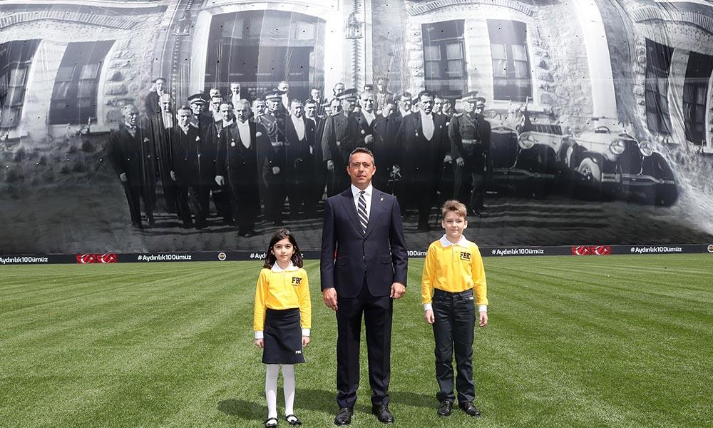 Fenerbahçe'den dev Atatürk posteriyle 23 Nisan kutlaması