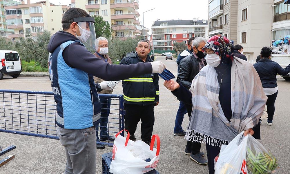 Mudanya Belediyesi pazarlarda maske dağıtımı yaptı
