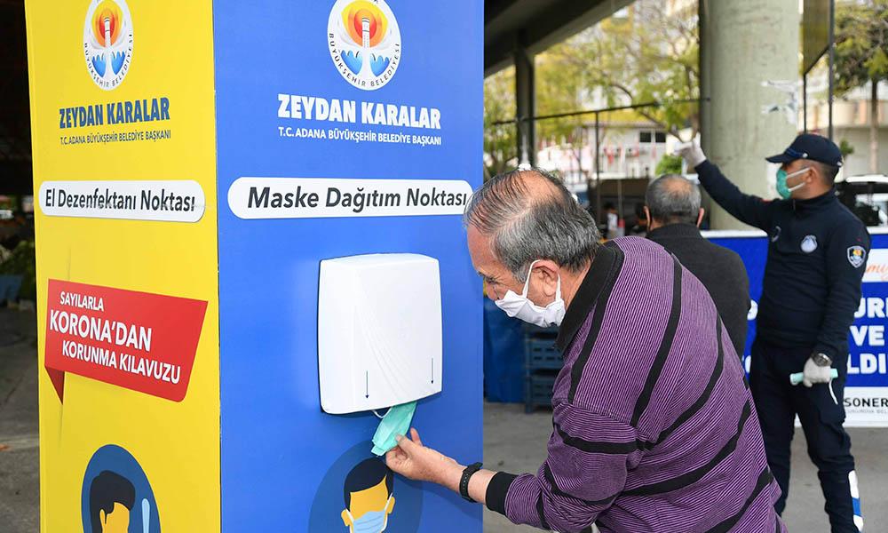 Adana Büyükşehir Belediyesi'nden semt pazarı girişlerine maske kabini