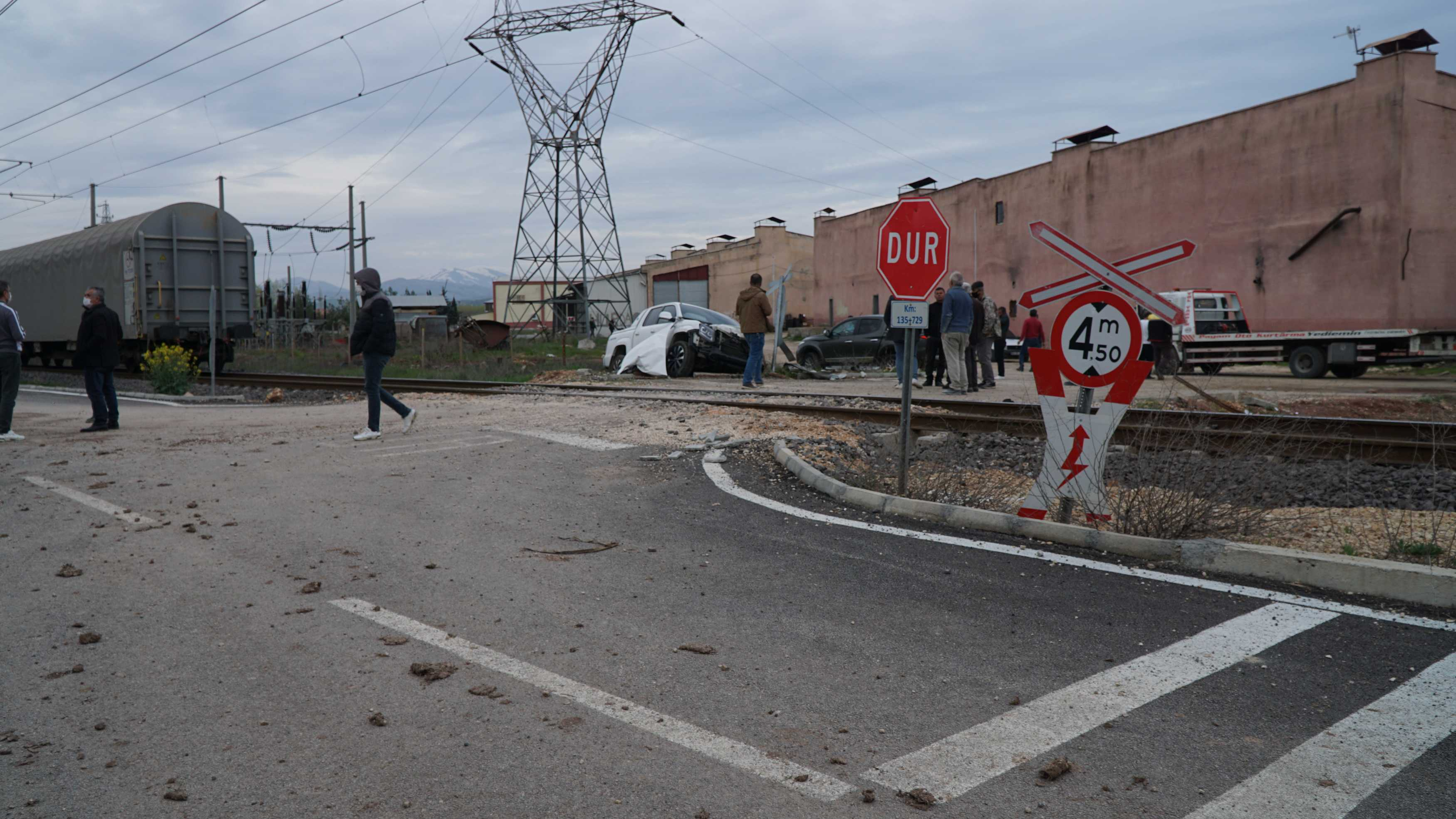 Adıyaman'da yük treni kamyonetle çarpıştı: 5 yaralı