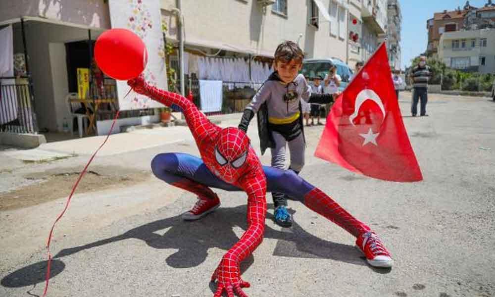 Çocuklar 23 Nisan'ı Örümcek Adam'la kutladı
