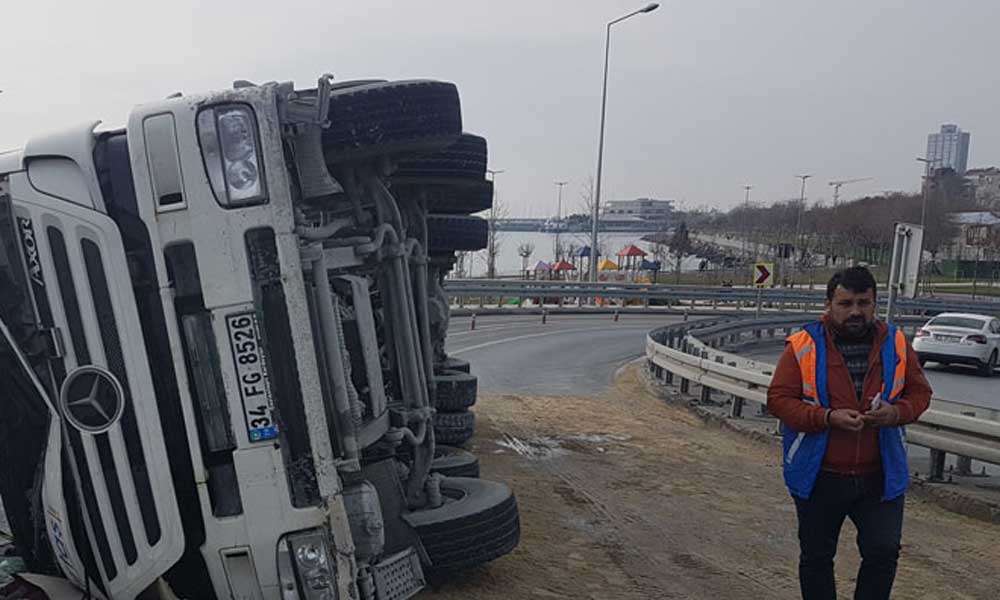 İstanbul'da beton mikseri devrildi! Yol trafiğe kapatıldı