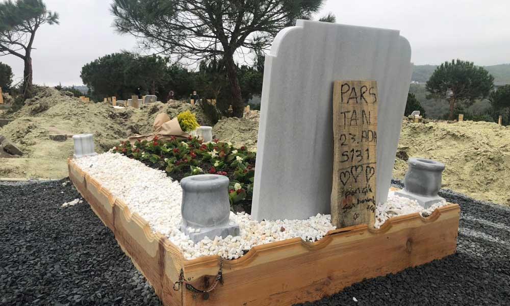 Oğlunun mezarını ziyaret eden Ebru Şallı bunları bıraktı