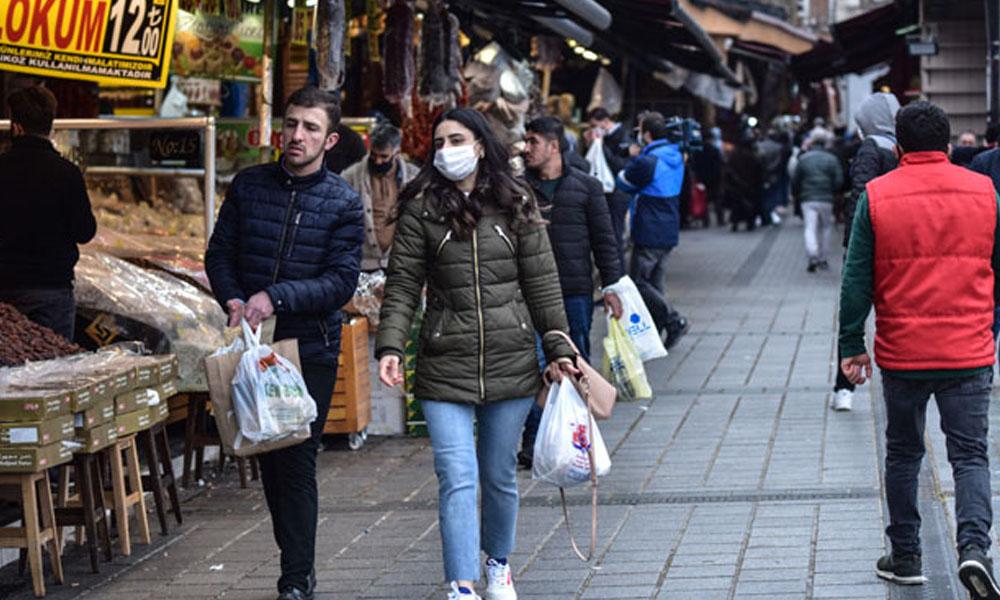 'Evde kalın' lafta kaldı! Sokağa çıkma yasağı öncesi marketler doldu taştı