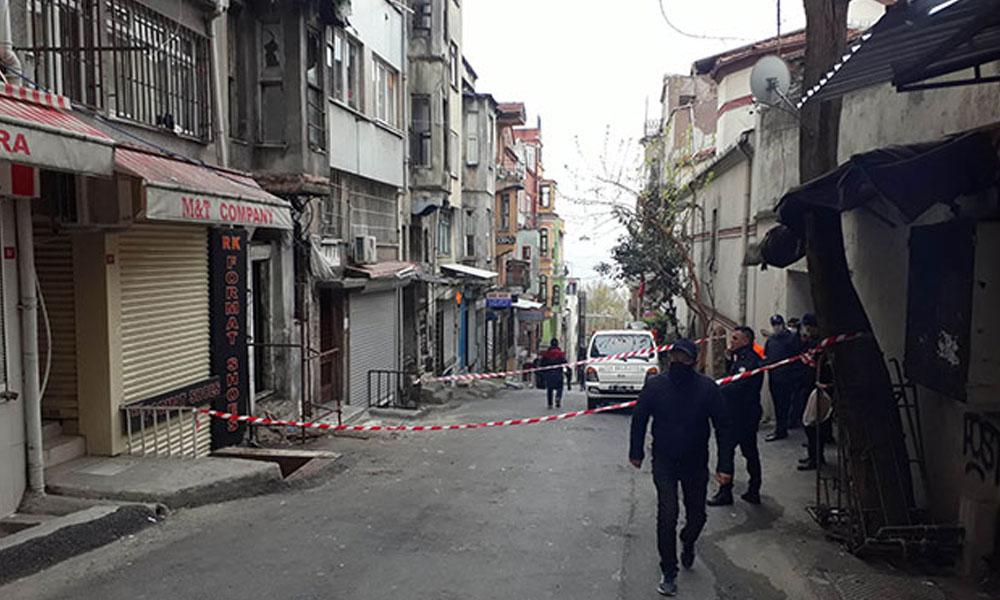 Fatih'te bina çöktü: Bir kişi mahsur kaldı