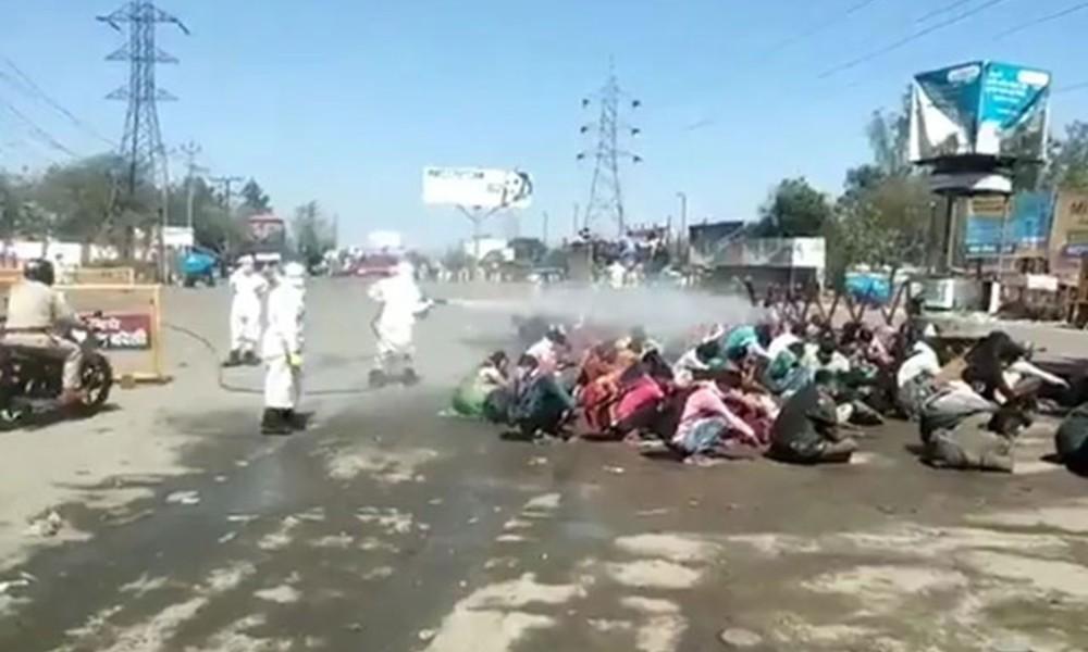 Göçmenleri sokak ortasında hortumla 'dezenfekte' ettiler