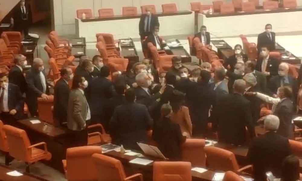 Meclis'te gerginlik! MHP'li ve HDP'li vekiller birbirinin üzerine yürüdü
