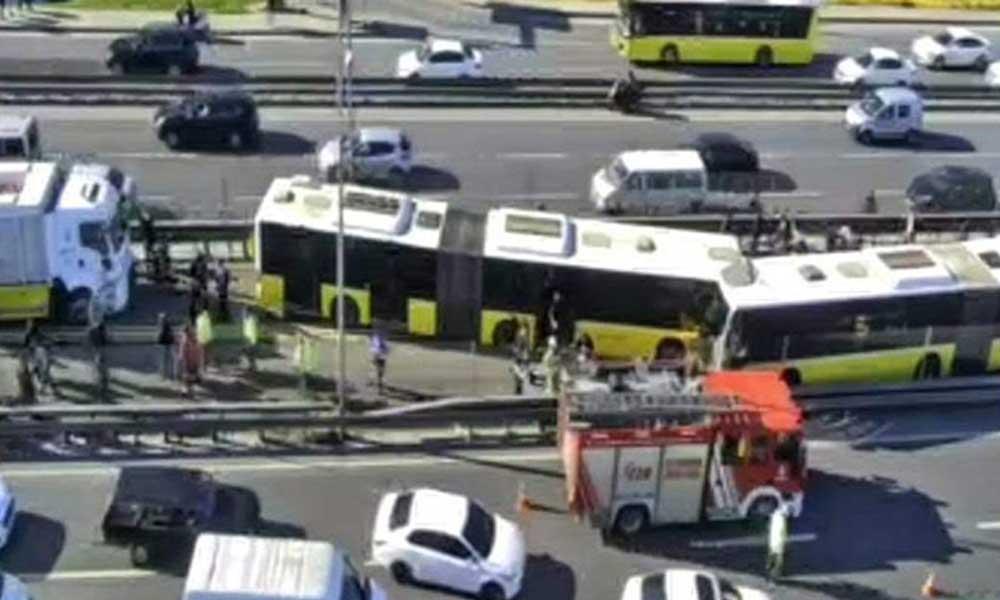 Avcılar'da iki metrobüs kafa kafaya çarpıştı: 4 yaralı