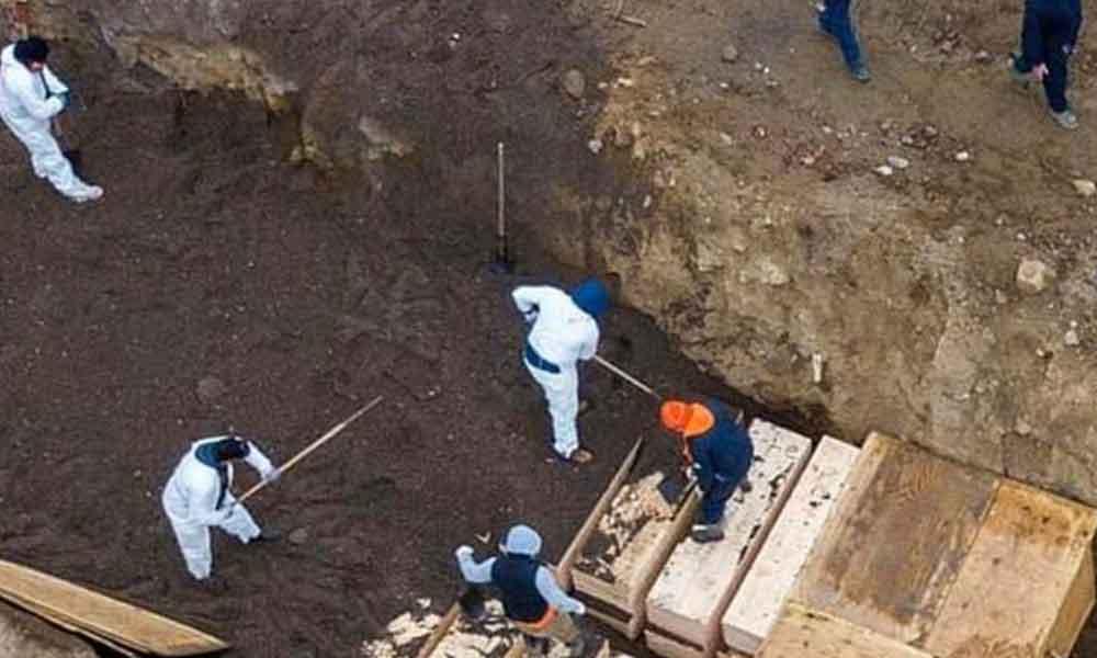 Görüntüler tehlikeyi gözler önüne serdi… Koronavirüsten ölenler için toplu mezarlar kazıldı