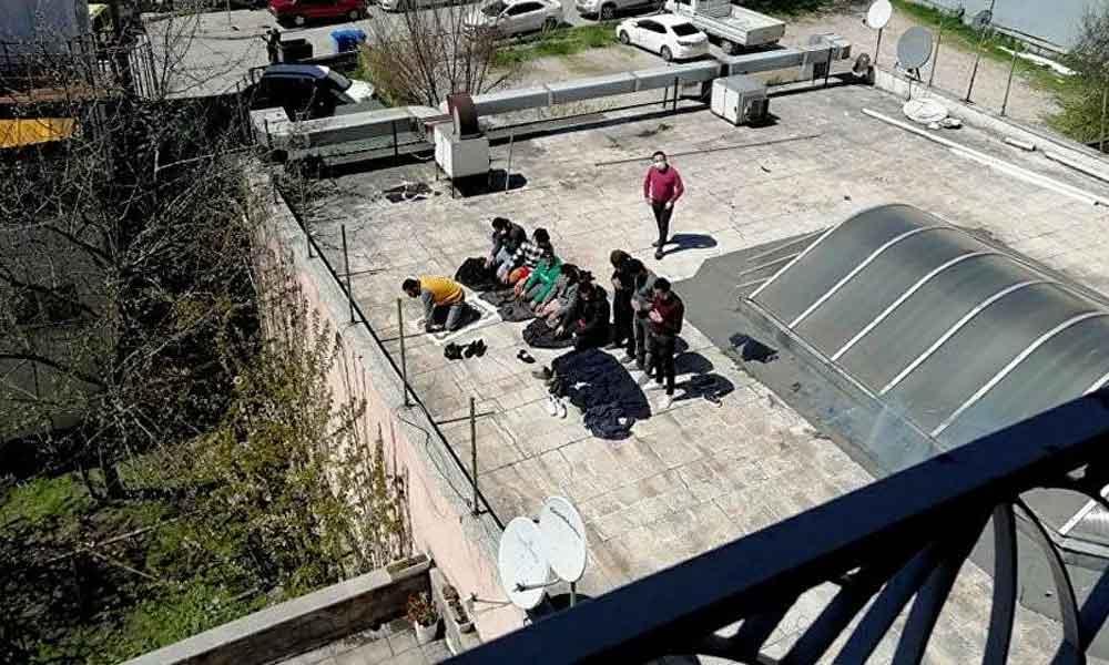 Sosyal mesafe kuralını hiçe saydılar, Göç İdaresi'nin çatısında cemaatle namaz kıldılar