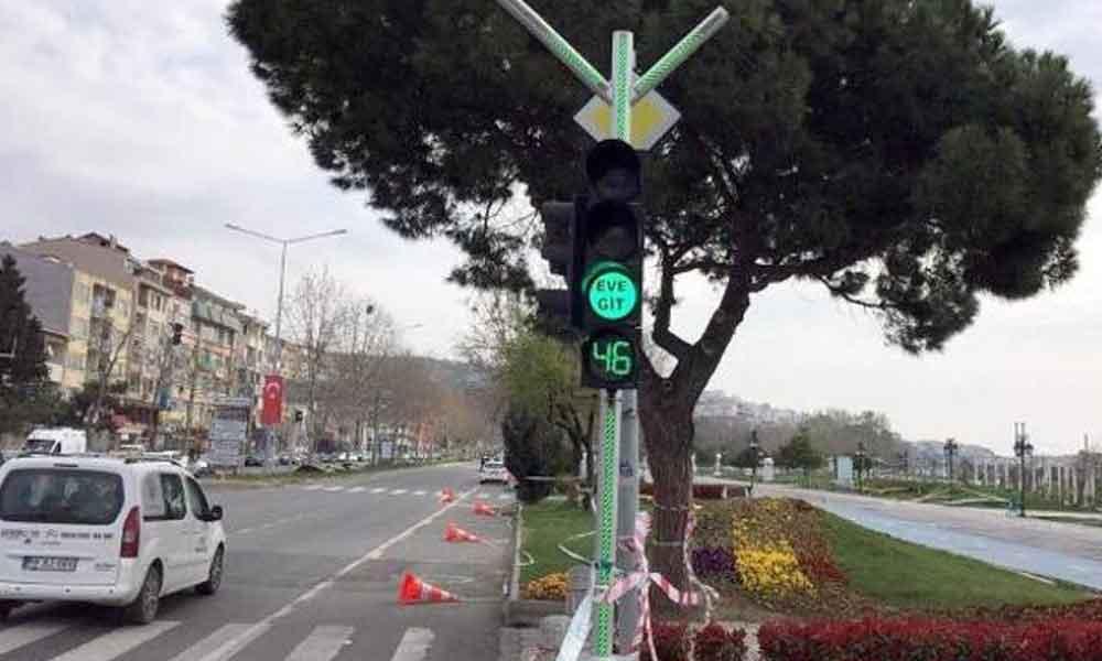 Trafik lambalarında 'evde kal' mesajı