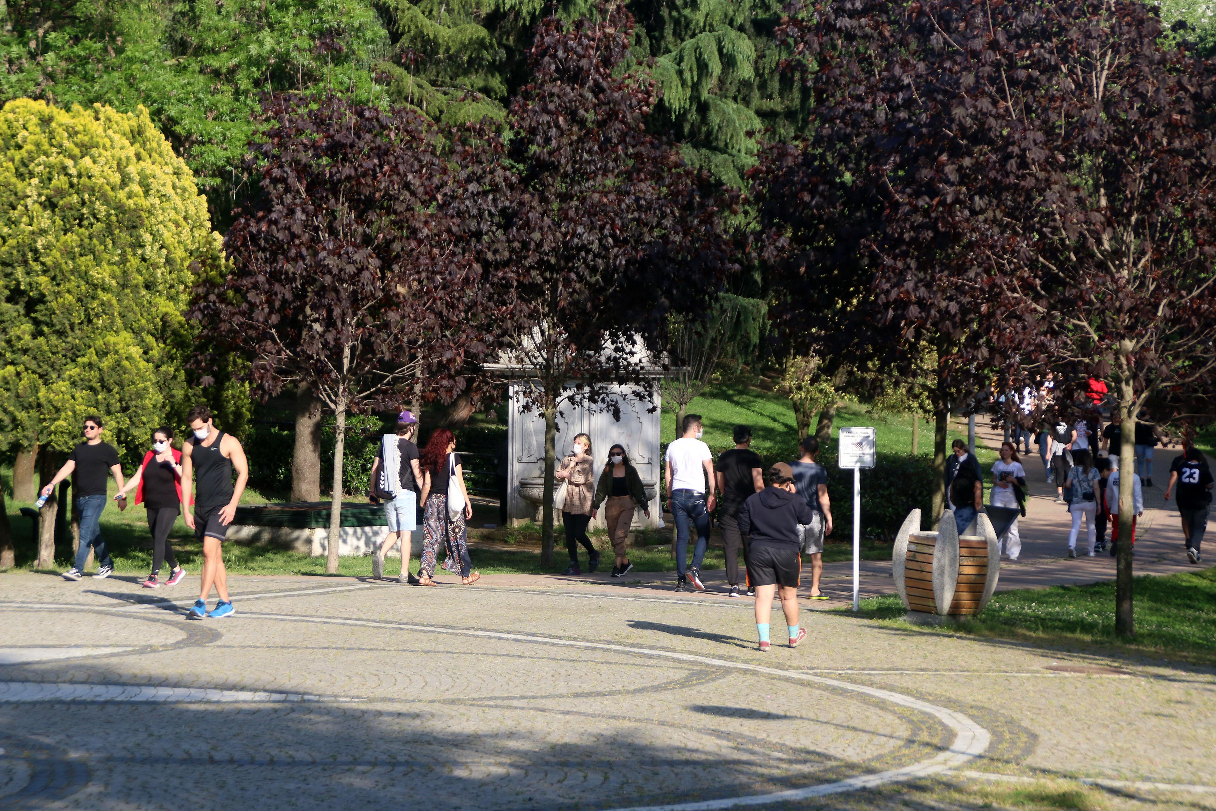 Maçka parkında yürüyen ve oturanları polis dışarı çıkarttı